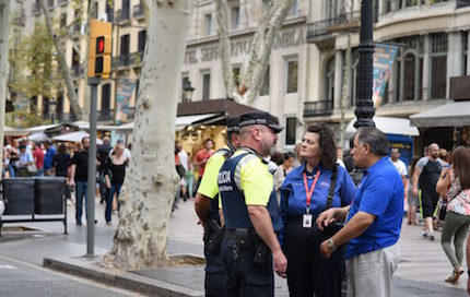 Some chaplains talking with the police. / Billy Graham Association