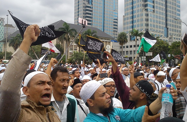 Radical Islamists in Jakarta (Indonesia) protest against Christian governor of the city Ahok, April 2017. / Wikimedia,