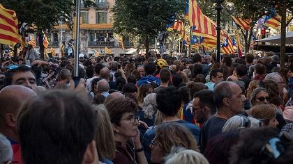 Thousands gathered outside Catalan offical buildings. / Francesc Genové (Flickr, CC)