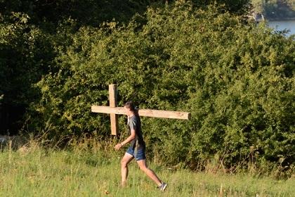 Carrying the cross. / CZ EA