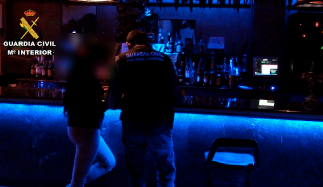 Police officers investigate the brothel in Toledo. / GC,