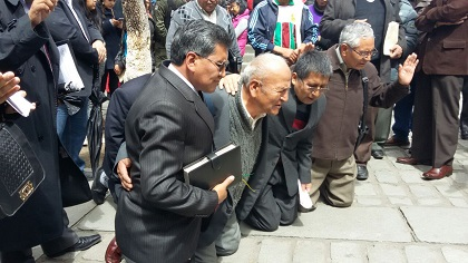 Evangelical pastors in La Paz prayed in front of the national Assembly. / La Razón