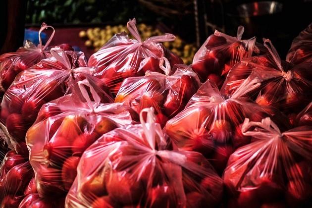 Plastic bags in a market. / Pixabay (CC0),apples, plasitc, market