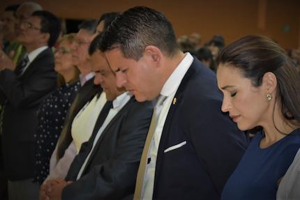 Fabricio Alvarado and his wife in a prayer service. / Javier Bolaños.