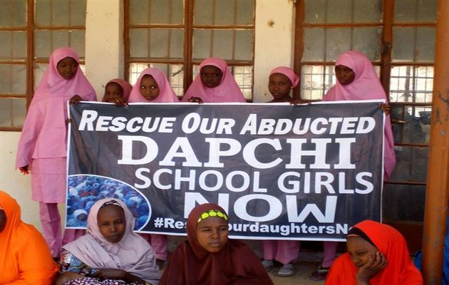 School mates of the abducted girls have been asking for their reease since the kinapping. / Reuters.la,