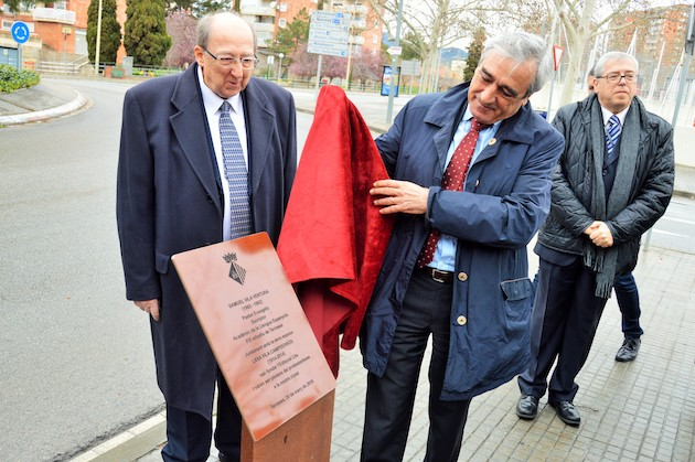 Alfredo Vega, Mayor of Terrassa, showing the plaque with Eliseo Vila. / J. Torrents,