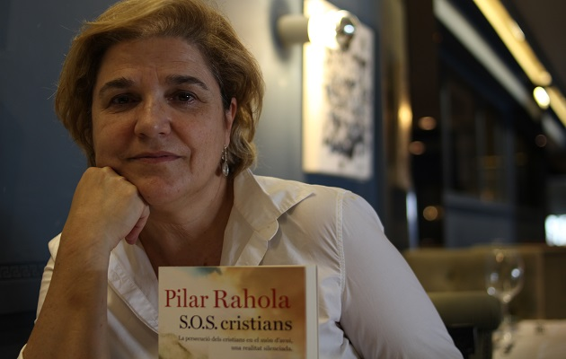 Pilar Rahola with her book. / Jonatán Soriano,