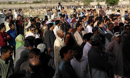 Hundreds of Christians supported the families of the victims, in Quetta. / N. Samuel