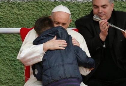 Pope Francis assured the atheist's son that his father was with God. / BeeCatholic.Com.