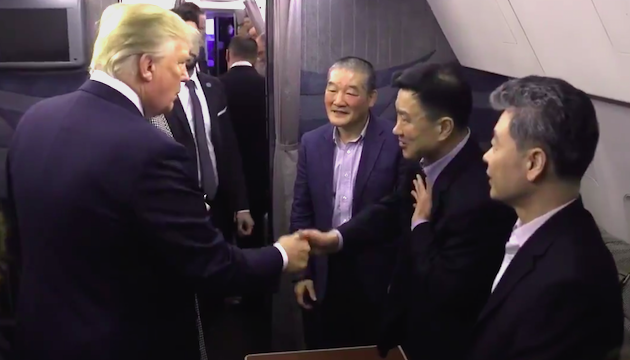 Trump welcomed the detainees at the Andrews Air Force Base near Washington. / Screenshot video Twitter POTUS,