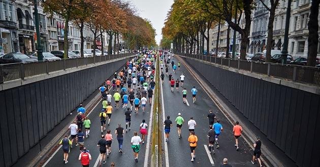 Runners in Brussels, Belgium. / M. Zemlickis (Unsplash, CC0),