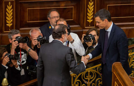 Mariano Rajoy greeted Pedro Snache at the end of the vote. /  Spanish Parliament.