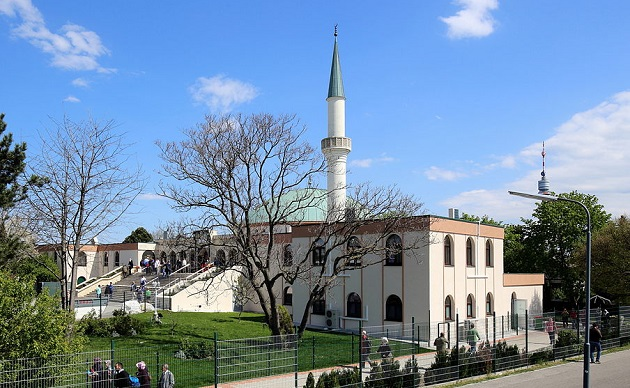 A mosque and Islamic Centre near Vienna, Austria. / Bwak, Wikimedia Commons,