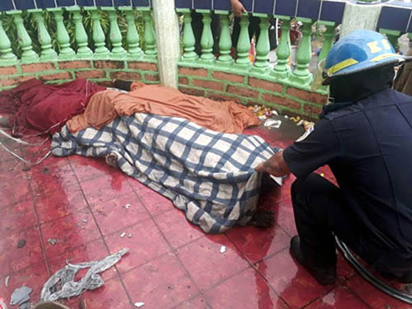 Authorities identify the bodies after the attack. / Wilih Narváez, La Prensa