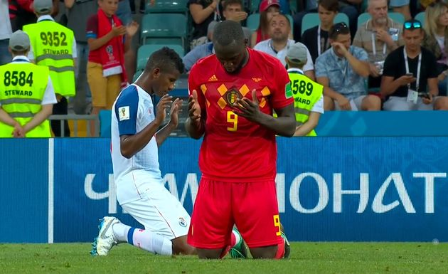 Lukaku and Escobar pray together after the game. / You tube,