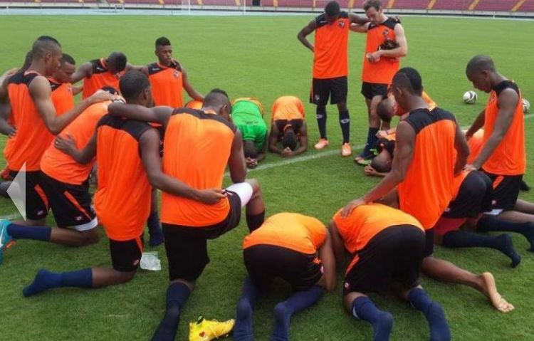 Players of the Panama football team pray together after a practice session. / La Estrella de Panamá, FEPAFUT