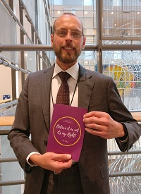 Arie De Pater, Brussels representative of the EEA, supporting the campaign.