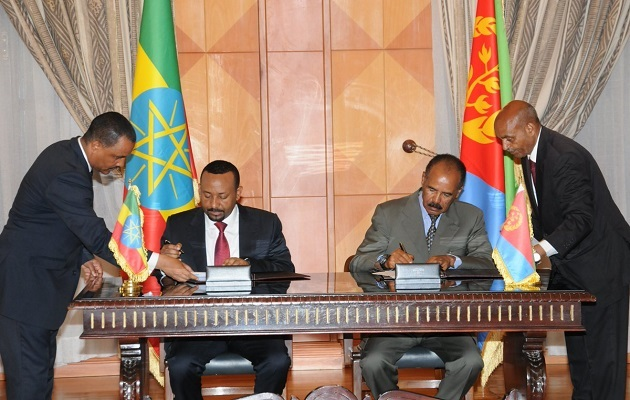 The Ethiopian Prime Minister, Abiy Ahmed, and the Eritrean President, Isaiah Afewerki, sign the peace agreement. / Twitter Yemane Meskel ,