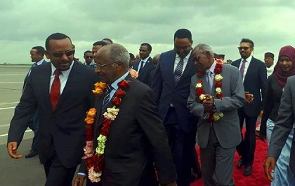 The Prime Minister of Ethiopia, Abiy Ahmed, receives the Foreign Affairs Minister of Eritrea, Osman Saleh, with a crown of flowers. It was the first meeting between the authorities of the two countries in 20 years. / Facebook Abiy Ahmed