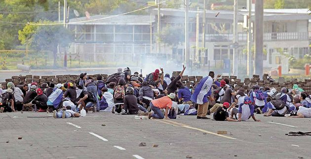 Protester with weaing Nicaraguan flags duringademonstration. /  El Nuevo Diario.,