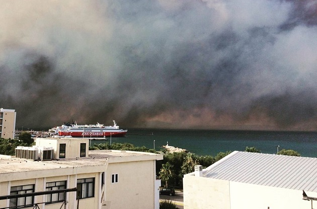 Picture of the wildfires taken in Rafina. / FB Y. Gardelis Jr.,