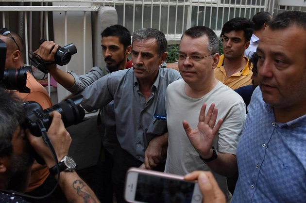 Pastor Brunson is moved to house arrest. / David Brunson is brought to his home, 25 July 2018. / Photo: Agencies via Preciosa Sangre Facebook,