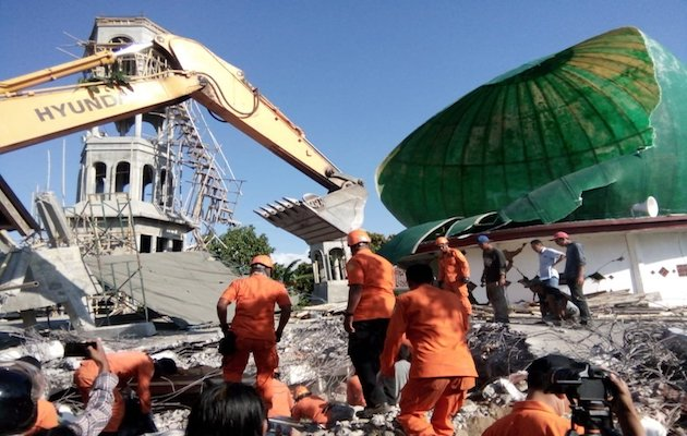 Rercuers work in a mosque detroyed in Lombok. / Twitter Sutopo Purwo Nugroho,