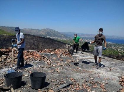 Volunteers after the wilfires aim to show the hope and love of God. / Nikos Stamoulis.