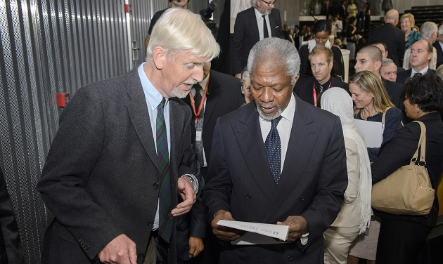Albert Hengelaar presents former UN Secretary General Kofi Annan the WEA Human Rights report on DRC Congo. / WEA,