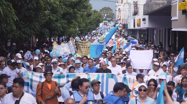 According to the organizers, around 15,000 Guatemalans participated in the march. / Aciprensa.,