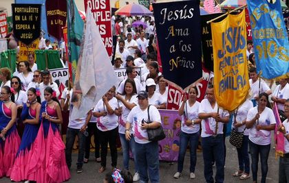 The Ecuatorian Christians took to the streets to proclaim God as the center of their families. / You Tube capton.
