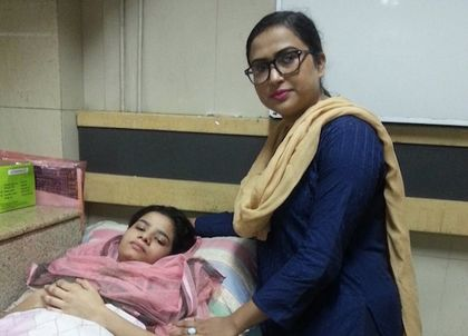 Binish Paul and her lawyer Tabassum Yousaf at the hospital. / Tempi.