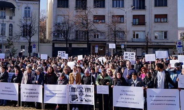 Hundreds protest against a religion draft law that would severely restrict religious freedom of faith minorities, in Sofia, Bulgaria, November 11. / Photo: Yasen Tsenov,