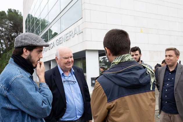 John Lennox, professor emeritus of mathematics at Oxford with students after an activity . / FRZ