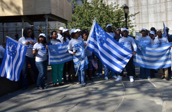Cameroonian citizens with the flag of Ambazonia. / Facebook UNPO,