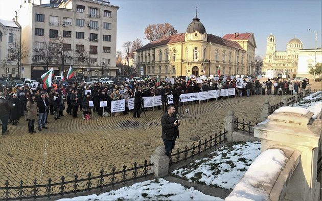 The prayer rally on December 2 started in front of the Bulgarian Parliament. In the background, the Bulgarian Academy of Sciences and the Cathedral Alexander Nevsky. / Photo: V. Raichinov,
