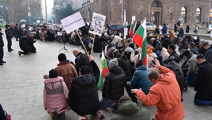 The rally on December 2 started with prayer for Bulgaria. / V. Raichinov