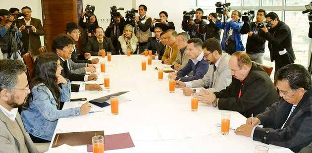 The Bolivian President Evo Morales, along with the Minister of Foreign Affairs, Diego Pary, met with evangelical representatives. / Evangelico Digital.,