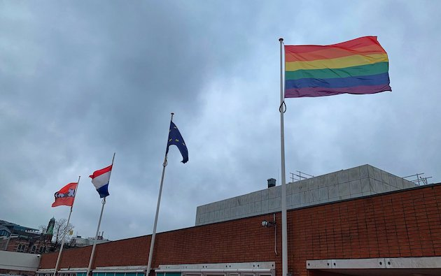 The Town Hall of Amsterdam flew the rainbow flag in protest against the Nashville declaration. / Twitter Gemeente Amsterdam,