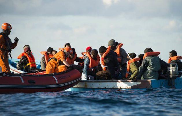 Member of the NGO Sea Eye distribute life vests during a rescue . /  Alexander Draheim, sea-eye.org,