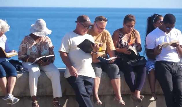 Cuban Christians gather for annual Bible reading at 'Malecón'. / GNA,