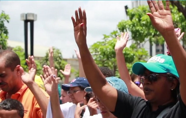 Christians pray on the streets for God's intervention in Venezuela's socio-political conflict. / GNA, Evangélico Digital,
