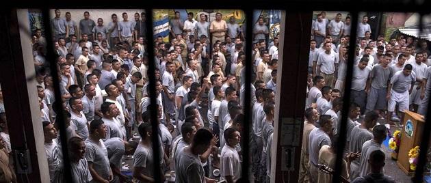 Hundreds come together to worship Christ in San Francisco Gotera prison. / V. Peña, El Faro, El País,