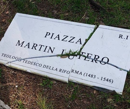 The plaque of the Piazza Martin Lutero in Rome, after the act of vandalism. / AEI,