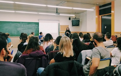 Loida Muñoz raising awareness about human trafficking at the Barcelona University. / Twitter @loidamuol