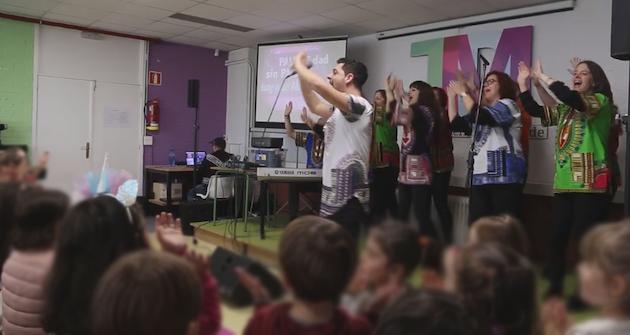 Gospelittles performing in a school. / Coro Gospel Vida,