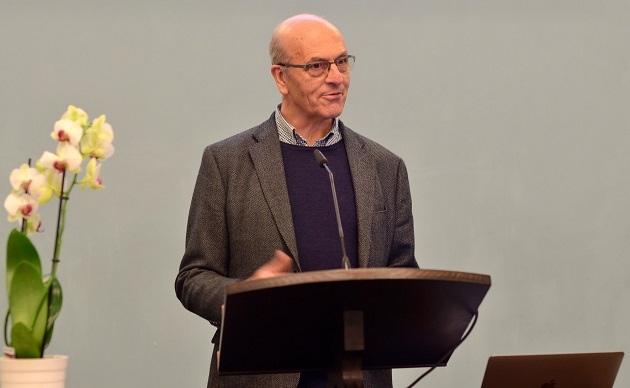 Martin Robinson speaking at a plenary session. / L. Wolters, Czech Evangelical Alliance,