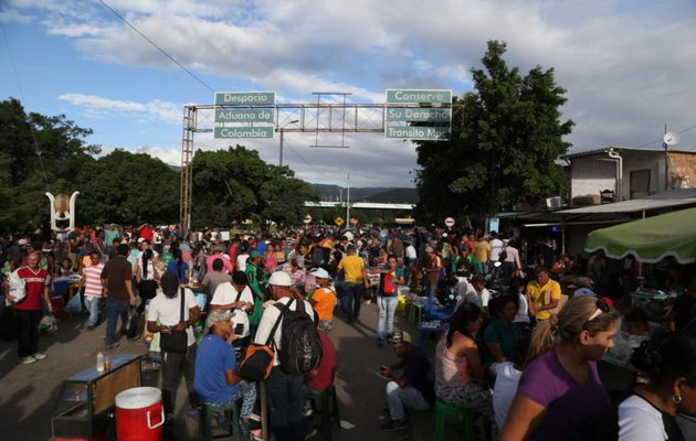 An estimated 35,000 cross the Colomian-Venezuelan border daily. / World Vision.,