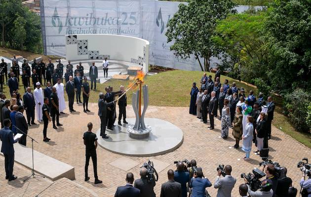 President Kagame and international  authoritieslit a flame in memory of the genocide victims.  / Facebook Paul Kagame