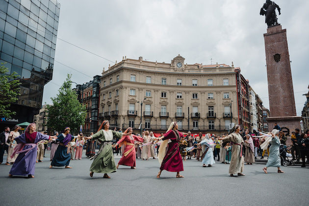 The cast of the musical His life, played one of the scenes of the musical in the esplanade of the Arriaga Theatre in Bilbao, where the march finished. / HisLife,